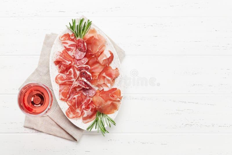 Jamon, prosciutto y copa de vino espa?oles imagen de archivo