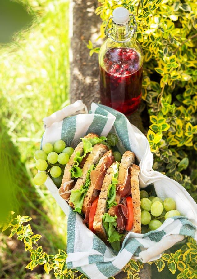 Jamon y bocadillos vegetales en una cesta fotografía de archivo libre de regalías
