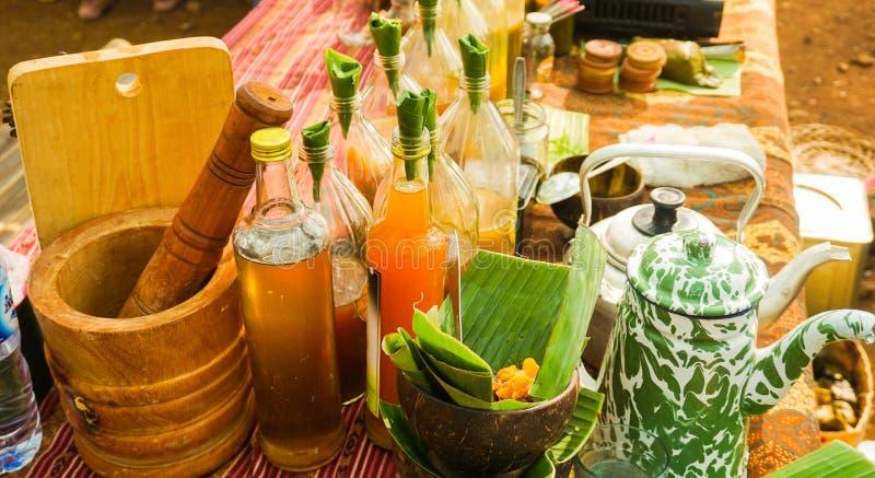 Jamu eller traditionell sund drink som göras från kryddan i flaska royaltyfri foto