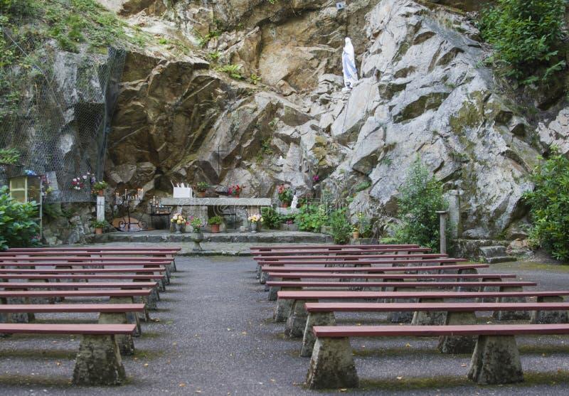 Jamy grota z ławkami dla modlitwy zdjęcia royalty free