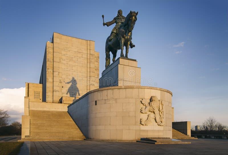 Jan Å ½ iÅ ¾ ka statua na Vitkov wzgórza †'duża equestrian statua w świacie zdjęcie stock