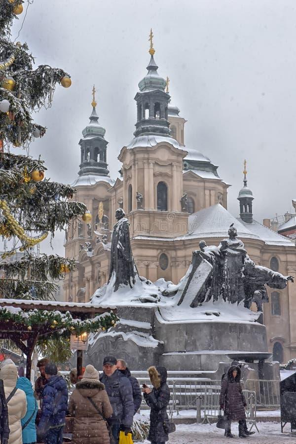 Jan Gus-standbeeld en st Nicolaus kathedraal stock afbeeldingen