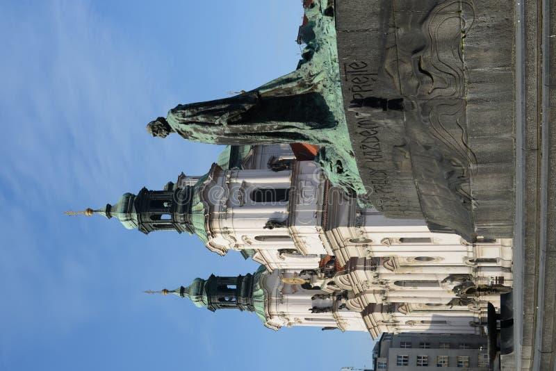 Jan Hus Memorial na praça da cidade velha, opinião de Mesto do olhar fixo, Praga, República Checa fotos de stock royalty free