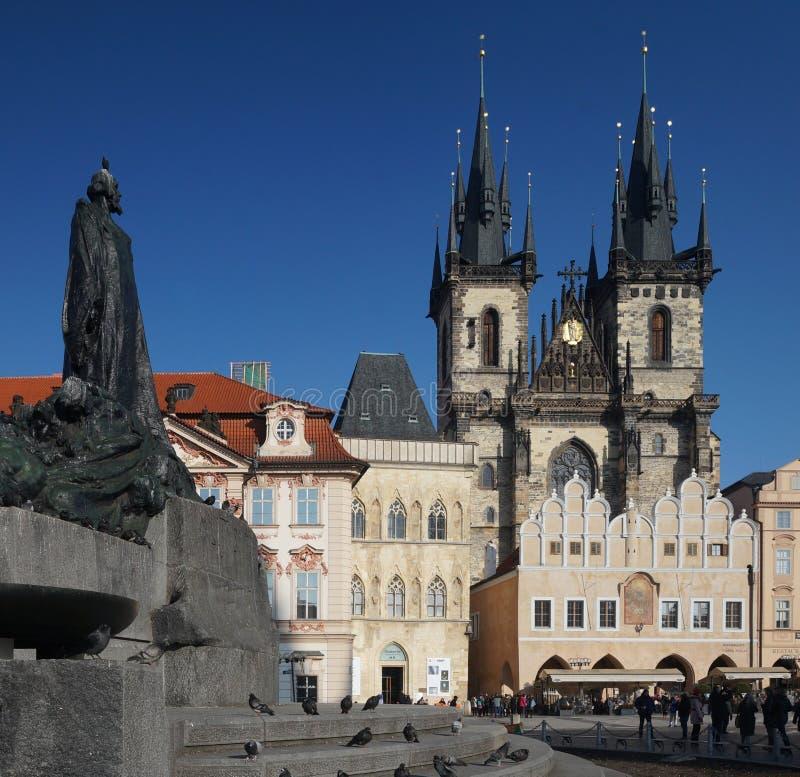 Jan Hus minnesmärke med kyrkan av vår dam för Tyn i Prague, Tjeckien arkivfoto