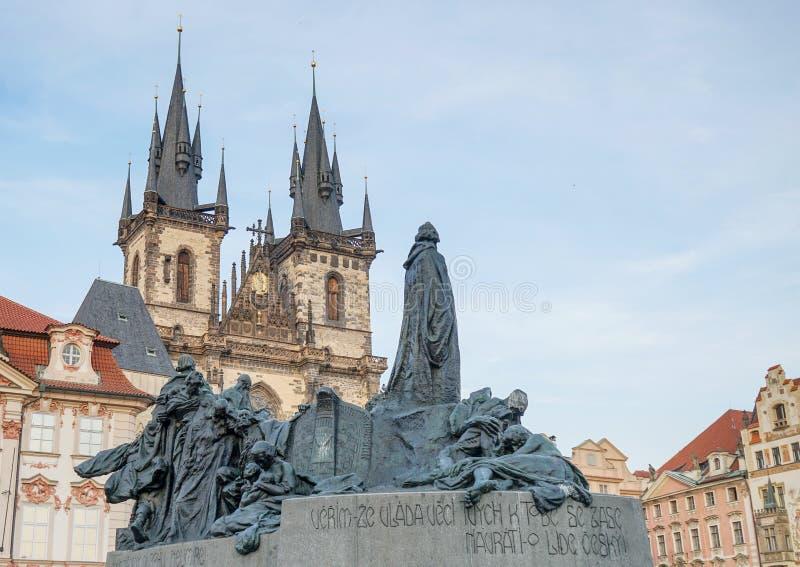 Jan Hus monument på den gamla stadfyrkanten i Prague arkivfoto
