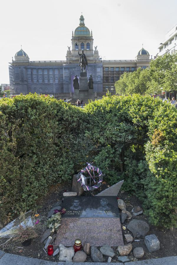 Jan Palach和1月Zajic纪念碑在布拉格 免版税库存图片
