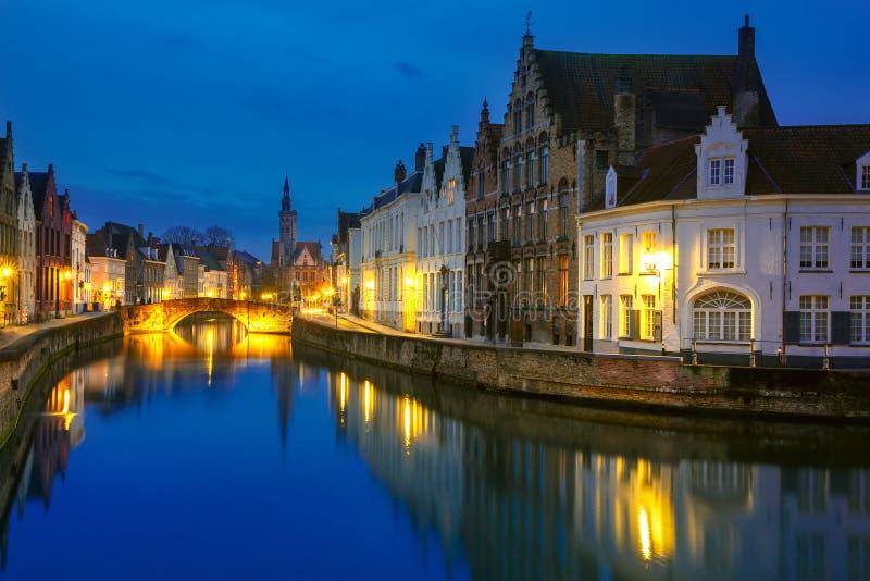 Jan Van Eyck Square en Kanaal Spiegel in Brugge stock foto's