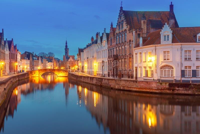 Jan Van Eyck Square en Kanaal Spiegel in Brugge, België stock afbeelding