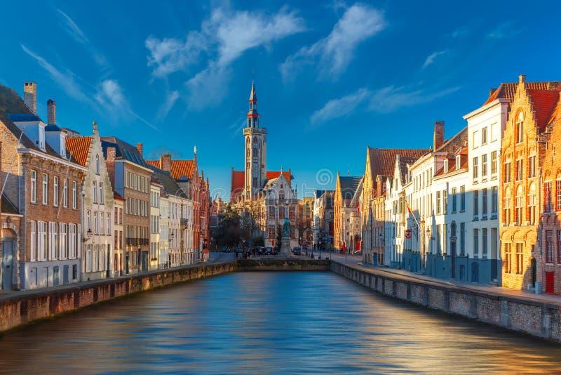 Jan Van Eyck Square en Spiegelrei in Brugge royalty-vrije stock fotografie