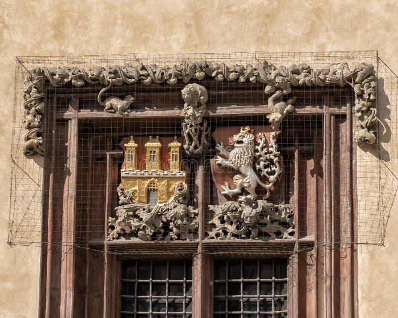 Janela à esquerda do portal da entrada, câmara municipal velha, república checa de Praga foto de stock royalty free