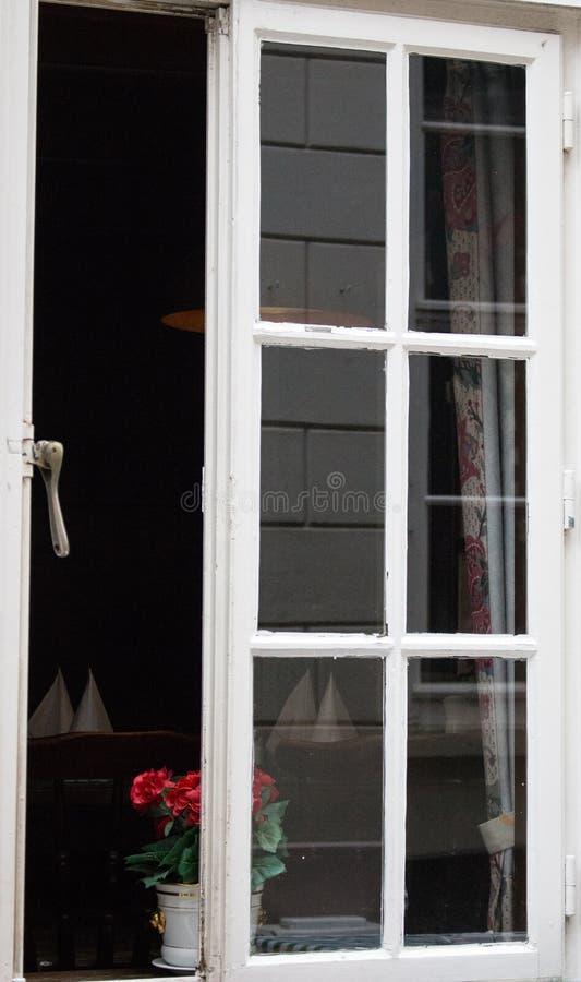 Janela aberta à sala do café na construção velha Janela de madeira branca aberta com flor Exterior do restaurante na cidade velha imagens de stock