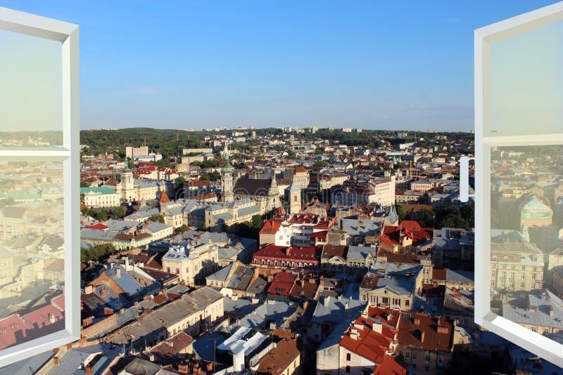 Janela aberta aos telhados da cidade fotos de stock