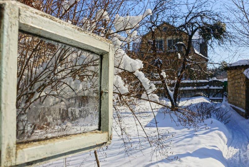 Janela aberta com uma vista da rua do inverno fotos de stock royalty free