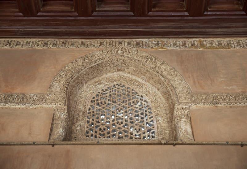 Janela arqueada perfurada do estuque decorada com testes padrões e caligrafia geométricos na mesquita de Ibn Tulun, o Cairo, Egit foto de stock royalty free