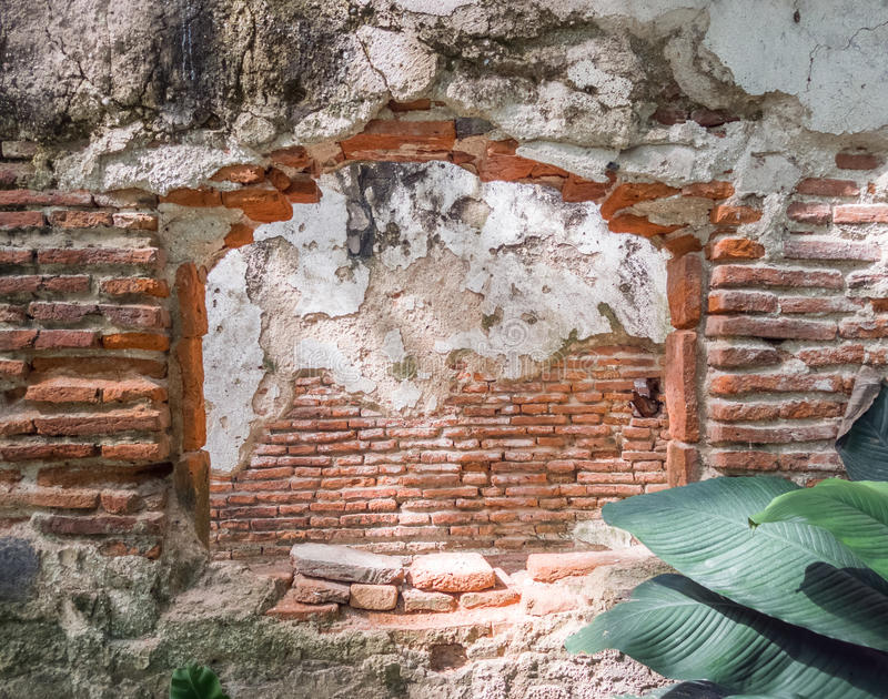 Janela arruinada da construção de tijolo abandonada velha imagem de stock
