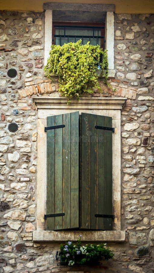 Janela atrás dos obturadores de madeira em Toscânia, Itália fotografia de stock royalty free