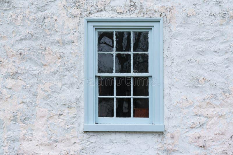 Janela azul velha no celeiro imagens de stock royalty free