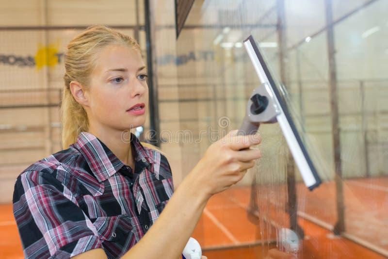 Janela bonita da limpeza da mulher no clube interno da polpa foto de stock