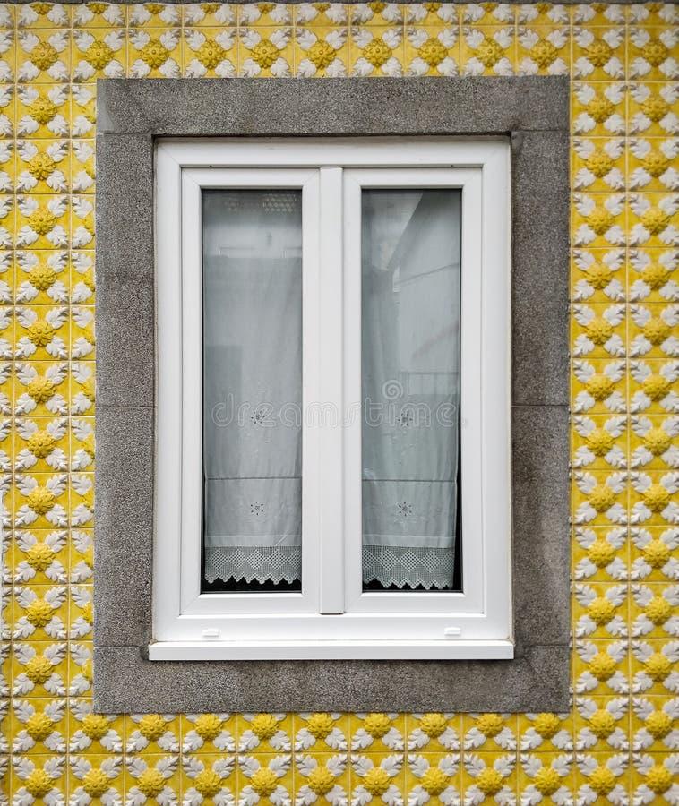 Janela, casa com a fachada amarela da telha na vizinhança dos pescadores em Aveiro, Portugal fotografia de stock