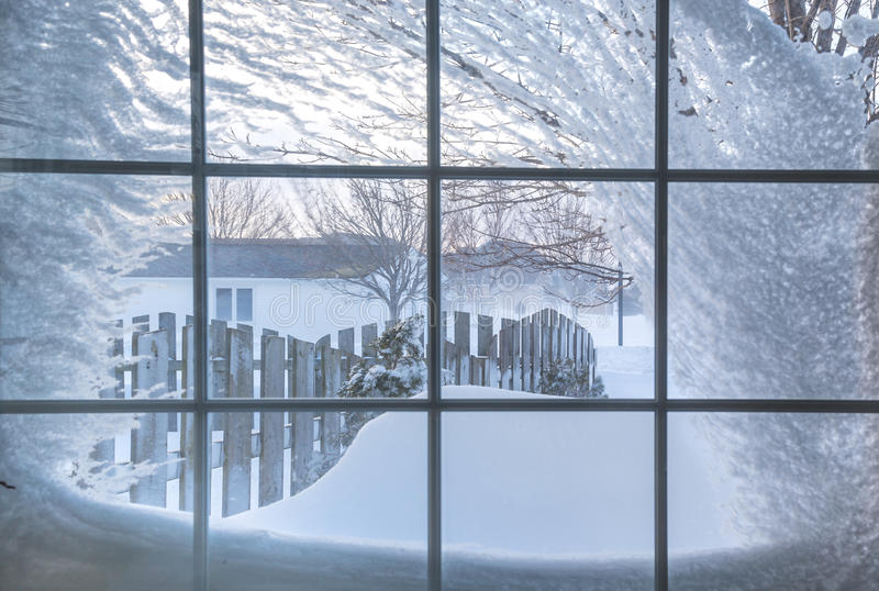 Janela coberto de neve fotos de stock