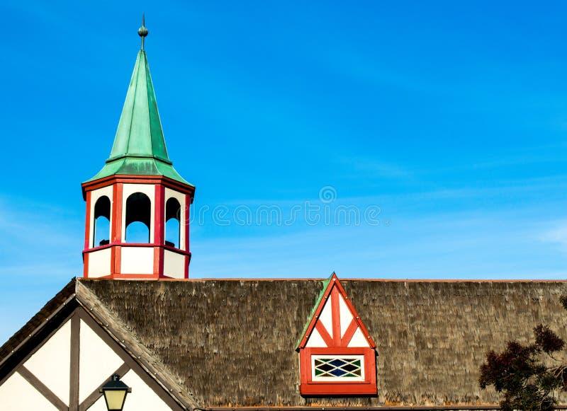 janela colorida da torre e de trapeira no telhado cobrido com sapê imagem de stock