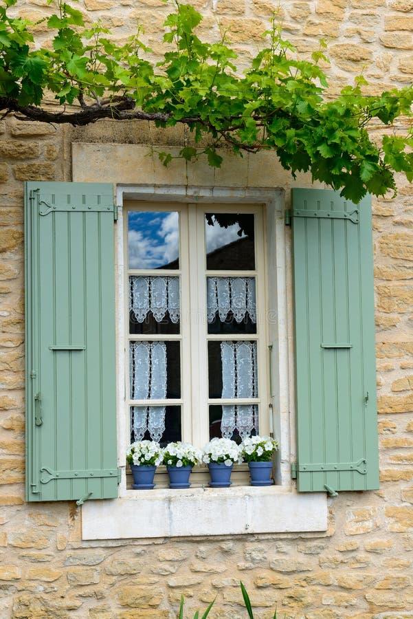 janela com as cortinas e o obturador cercados por plantas foto de stock