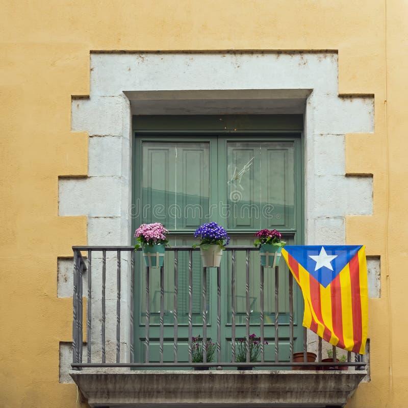 Janela com bandeira Catalan, Girona, Espanha imagem de stock