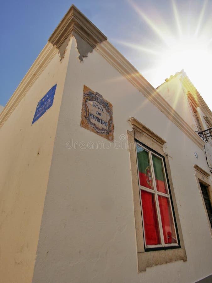 Janela com a bandeira portuguesa fotos de stock
