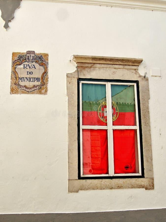 Janela com a bandeira portuguesa foto de stock royalty free