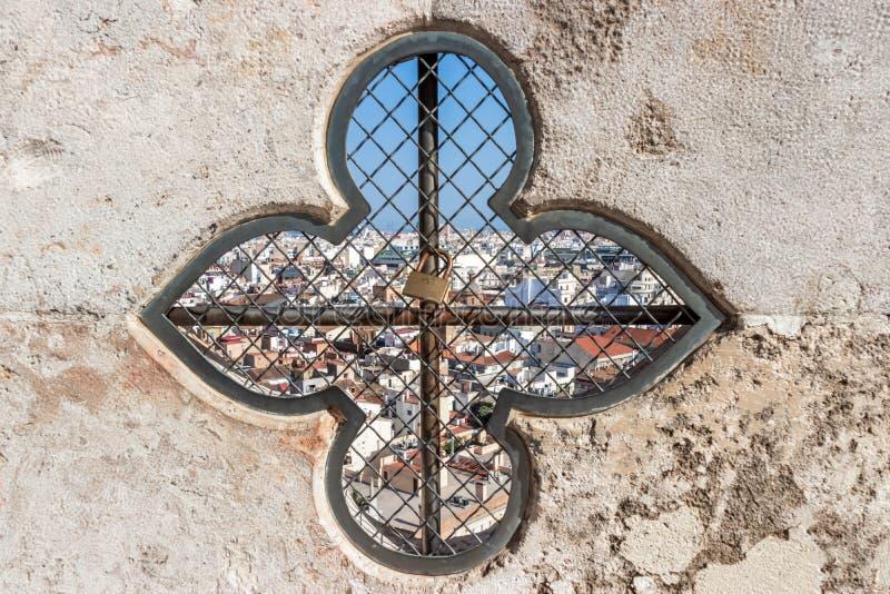 Janela com o castelo com dois corações na torre da catedral de Valência, Espanha fotos de stock royalty free