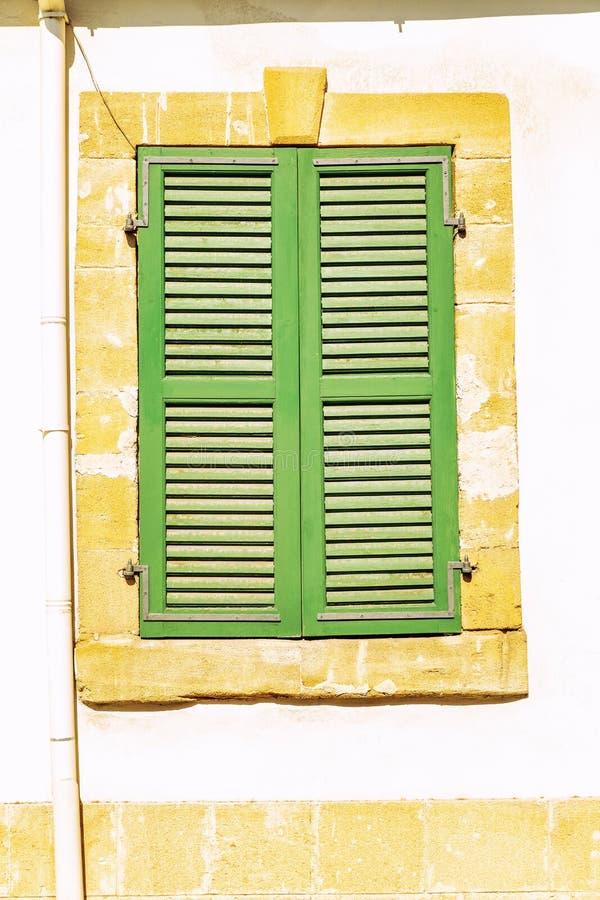 Janela com os obturadores coloridos na casa velha imagem de stock royalty free