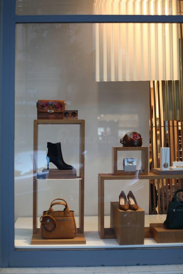 Janela com sapatas, saco da loja, acessórios fotografia de stock