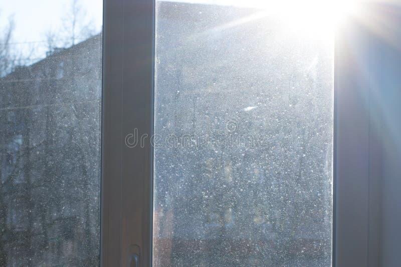 Janela com vidro sujo e empoeirado na luz do dia fotos de stock