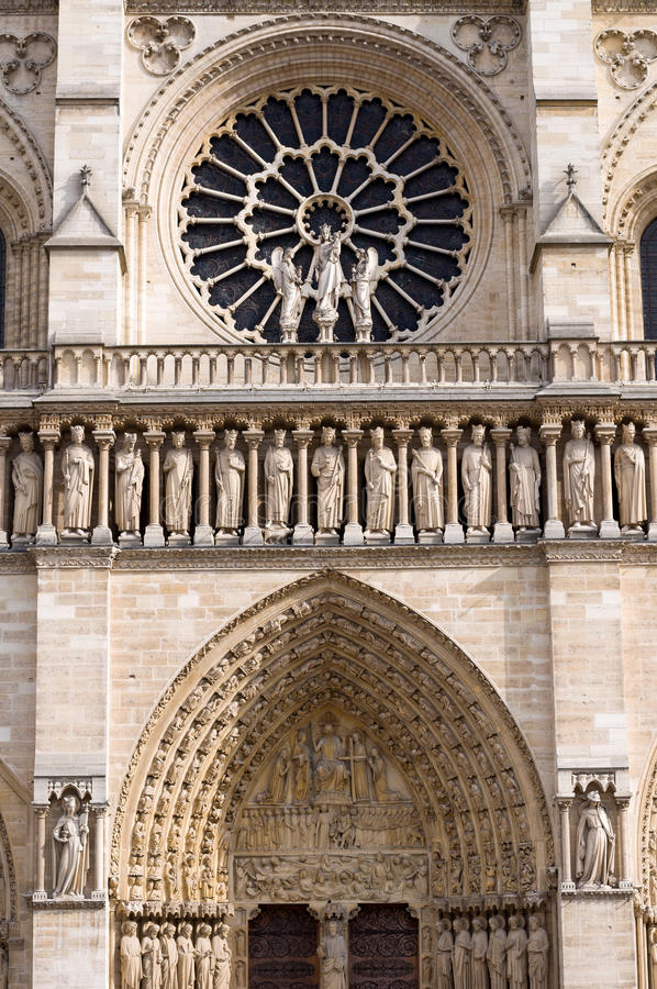 A janela cor-de-rosa ocidental do Notre-Dame de Paris da catedral fotografia de stock