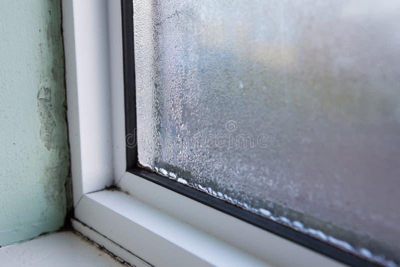 Janela da casa com umidade e condensação imagens de stock royalty free