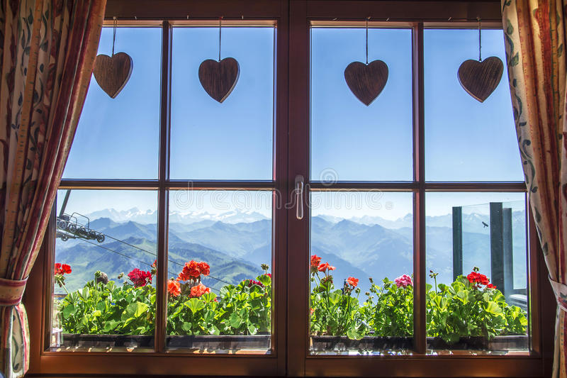 Janela da casa de campo alpina, Tirol, Áustria imagens de stock royalty free