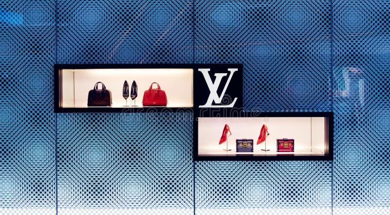 Janela da loja da loja do saco de Louis Vuitton fotografia de stock