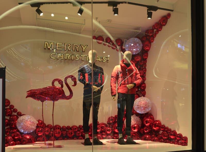 Janela da loja da roupa do Feliz Natal, janela de exposição do boutique da forma do inverno com manequins imagens de stock