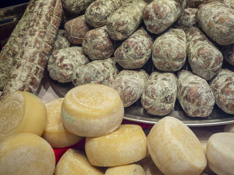Janela da loja de uma despensa com alimentos, salame e queijo italianos tradicionais imagens de stock