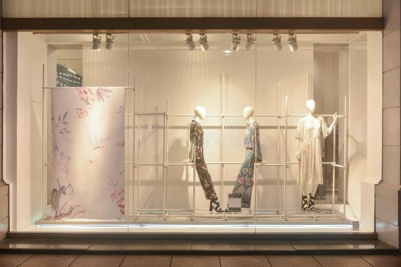Janela da loja de vestido da janela de exposição do boutique da forma imagem de stock royalty free