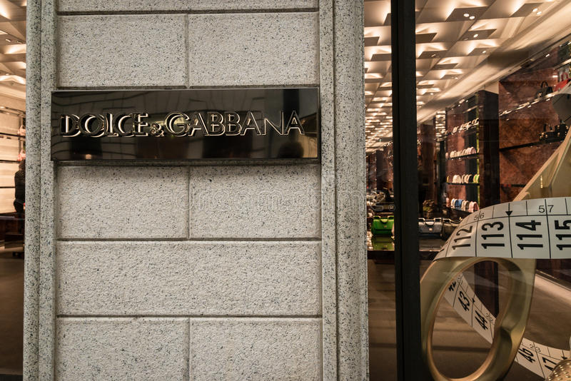 Janela da loja e entrada de uma loja de Dolce & de Gabbana na rua de Milão - de Montenapoleone, Itália fotografia de stock