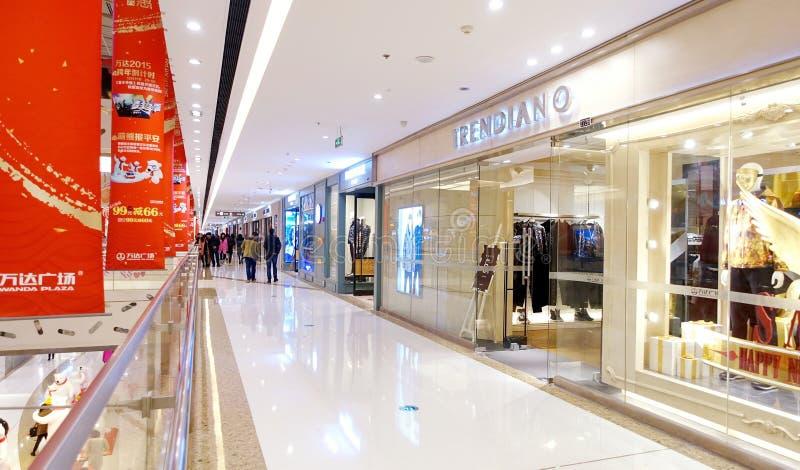Janela da loja no shopping da cidade, interior do shopping moderno com a janela de exposição da loja imagens de stock
