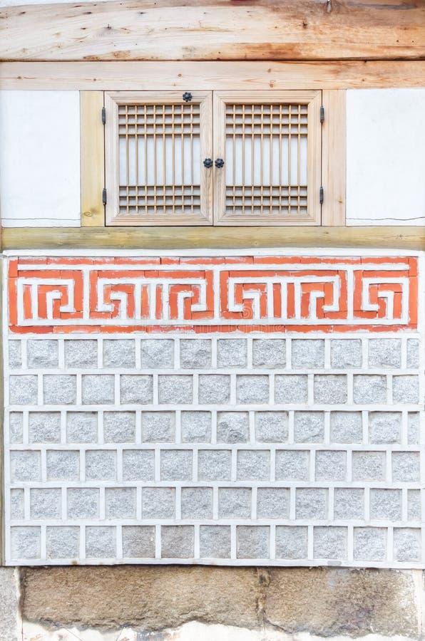 Janela da parede de pedra e da madeira. imagem de stock