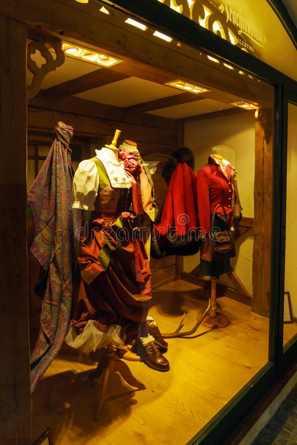 Janela da roupa austríaca tradicional, Salzburg da loja, Áustria imagens de stock royalty free