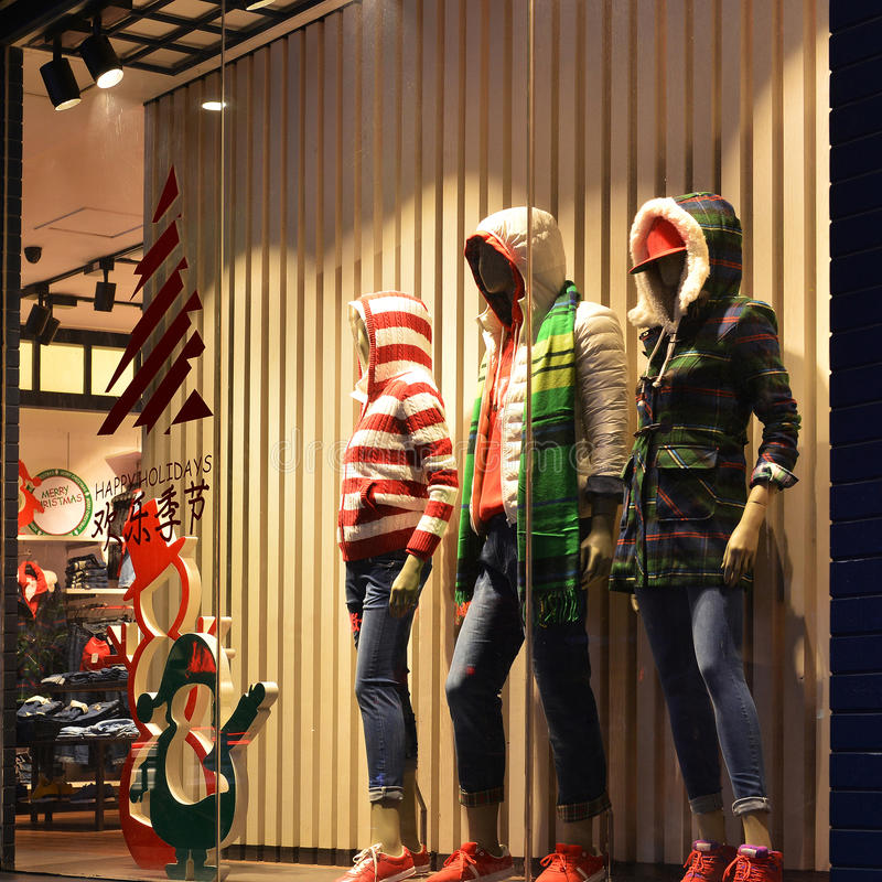 Janela da roupa do Natal, janela de exposição do boutique da forma do inverno com manequins fotos de stock