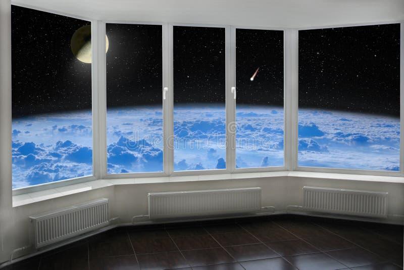 Janela da sala com a vista a espaçar acima do cometa da lua da atmosfera de terra e do cosmos estrelado fotografia de stock royalty free