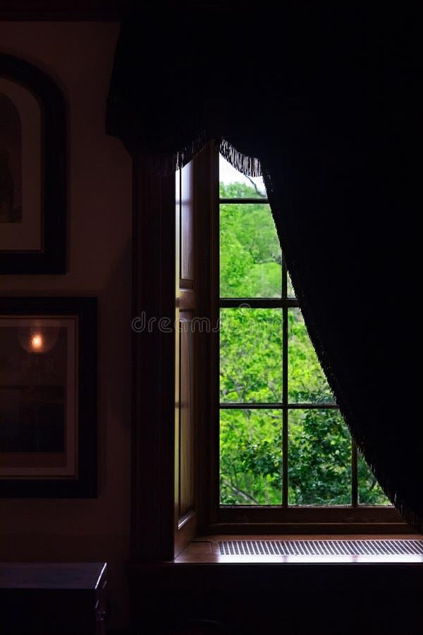 Janela da sala escura da propriedade Interior escuro da parede imagem de stock royalty free