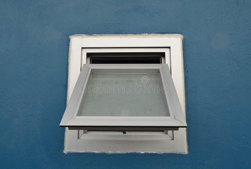 Janela de alumínio na parede azul imagem de stock