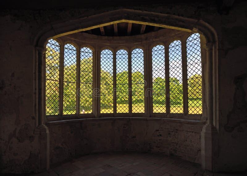 A janela de baía histórica direta às árvores e à grama foto de stock
