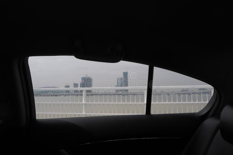 Janela de carro com ideia do Central Park e de uma arquitetura da cidade bonita de Macau imagem de stock